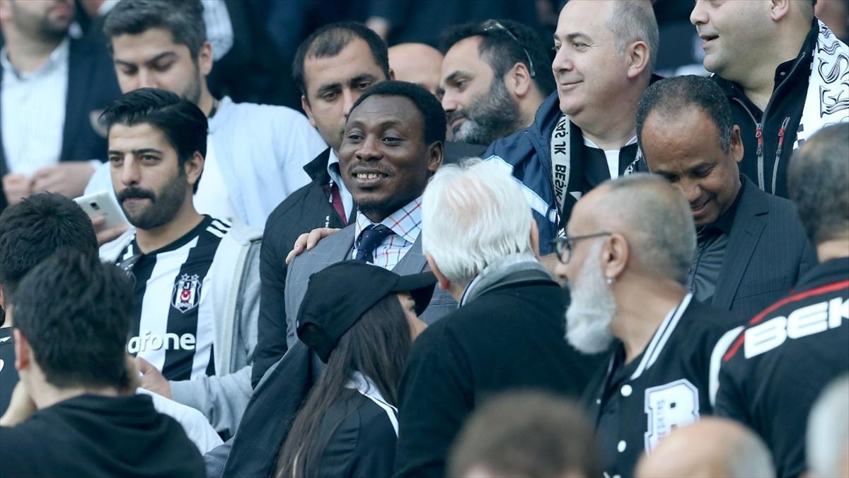 Beşiktaşlı eski futbolcu Amokachi ülkesi Nijerya'da ihtiyaç sahiplerine yardım dağıtıyor